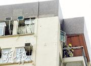 美孚新邨一單位昨日發生氣體爆炸,一名女子被燒傷面部等多處送院,單位窗玻璃震碎墜落街上,圖為消防在單位露台調查。