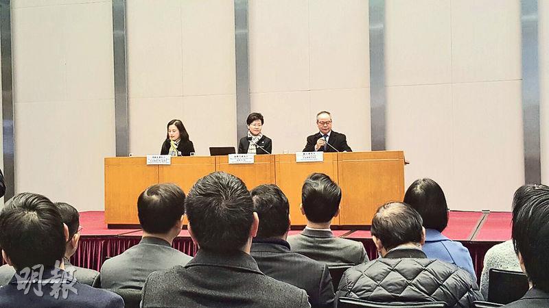 政務司長林鄭月娥(中)和民政事務局長劉江華(右)昨日在政府總部與全港400多名區議員會面,討論地區行政。(讀者提供)