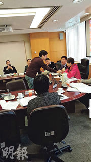 中西區議會昨日一小組會議上,民主黨許智峯(中)不滿主席民建聯蕭嘉怡(紅衣),離座走到蕭面前理論,不願離開。