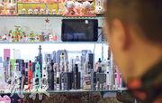 現時本港並沒有規管電子煙,旺角及銅鑼灣一些較多年輕人光顧的商場都有售賣電子煙。現時電子煙已打入小學市場,有2.6%小四至小六學生曾吸電子煙,政府正研究規管。(蘇智鑫攝)