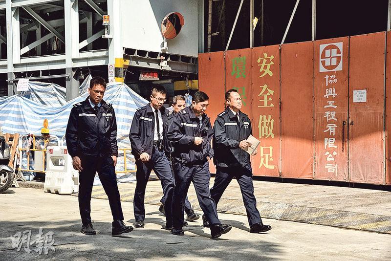 多名警員接報到達發生工業意外的長沙灣福華街喜漾地盤現場,調查意外原因。地盤外圍板有承建商協興工程字樣,以及「安全做足」標語。(葉真真攝)
