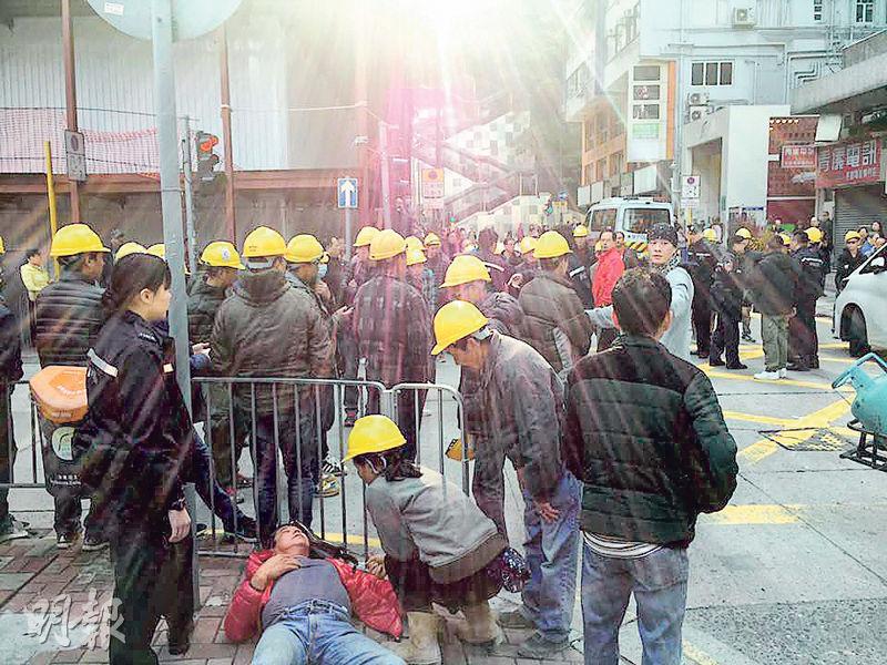 罷工示威期間有大批工人「佔領馬路」,癱瘓交通,其中一人曾躺在行人路上,報稱身體不適。(網上圖片)