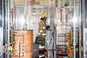 消防到場除救出男女戶主,亦協助將家中5貓移到大堂,包括用圖中手提袋運貓。(蔡方山攝)