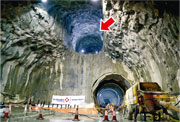 港鐵沙中線馬仔坑至鑽石山的一段隧道採用鑽挖機施工,目前已完成該段隧道的上行線隧道(右下);下行線(左下)則料於4月完成,現時仍未貫通,至於上方的隧道(箭嘴示)則用作通風。(鍾林枝攝)