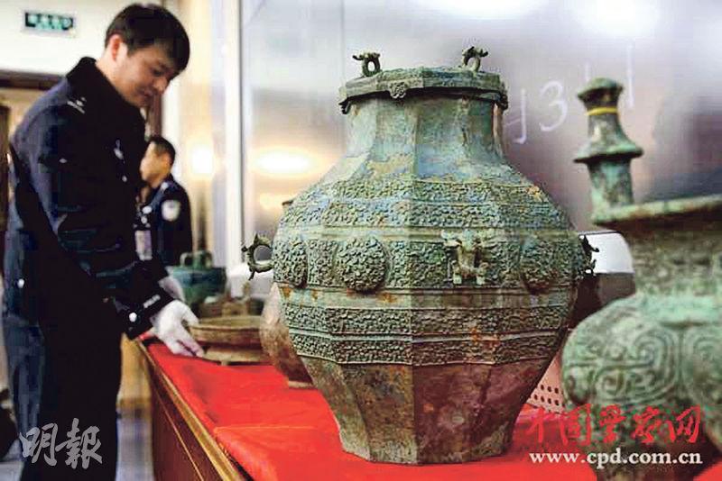 首都機場公安分局昨將特大文物盜竊案中沒收的珍貴文物移交國家文物局。(網上圖片)