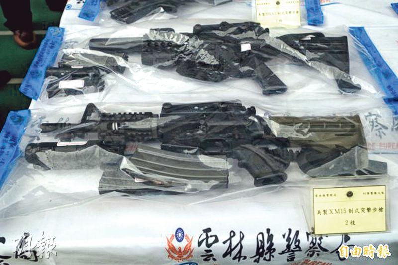 雲林警方從朱姓通緝犯身上檢獲11支長短槍,火力強大。(網上圖片)