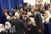 美國總統奧巴馬(前右)周三在巴爾的摩清真寺發言後,與在場穆斯林學生握手。(路透社)