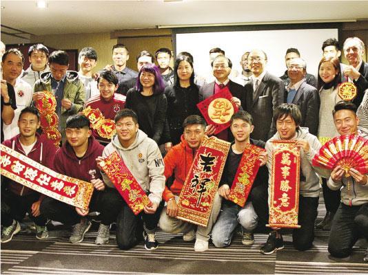 南華昨晚舉行團年晚宴,足主張廣勇(中)表示,雖球隊在聯賽暫時較被動,但仍會在下半季全力爭取錦標。(卓志恒攝)