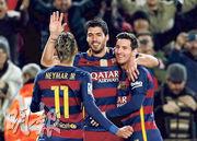尼馬(左)昨仗雖「食白果」,但亦為巴塞隆拿「MSN」拍檔蘇亞雷斯(中)及美斯(右)共入7球而高興。(路透社)
