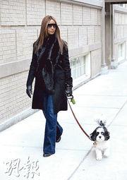 Iman在丈夫大衛寶兒逝世後,日前首次露面,拖着愛犬在紐約街頭散步。