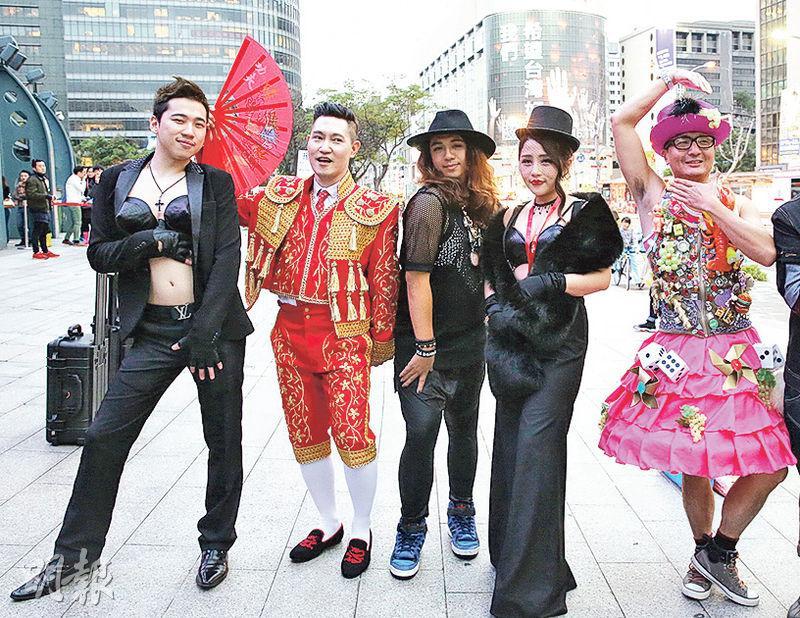 台灣一批忠心「娜粉」,以不同的娜姐經典造型到場,為偶像在台下「伴舞」。(中國時報)