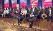 特朗普(前左)周三在威斯康星大學格林灣校園為MSNBC錄製訪談節目,其間主持人馬修斯(前右)追問他對墮胎看法,特朗普稱「女性應為墮胎受某種形式懲罰」。 (法新社)