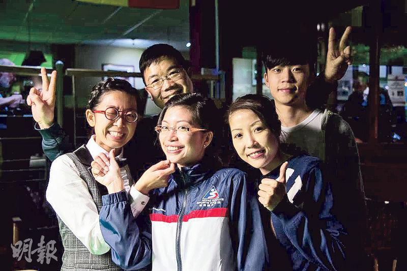 吳安儀(前排左起)、溫家琪、葉蘊妍及張家瑋(後排右)於分別奪冠。後排左為教練黃德華。
