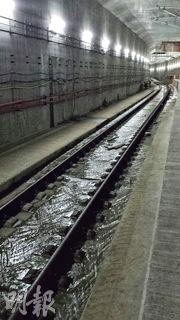 曾到高鐵地盤觀察的土地正義聯盟執委朱凱迪表示,高鐵路軌有地下水流動,隧道管壁內亦相當潮濕,部分路軌更有大量鏽漬。(朱凱迪提供)