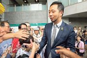 曾健超(穿西裝者)昨到九龍城裁判法院聽取裁決,超過70名支持者到庭支持,他在庭外與他們握手。(李紹昌攝)