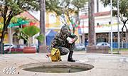 圖為今年2月,巴西軍人在街頭滅蚊。(資料圖片)