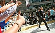 前年佔領運動期間,7名警察涉嫌把公民黨成員曾健超拖至暗角拳打腳踢,案件昨日於區域法院正式開審,包括李偲嫣在內的撐警人士於法院外聲援,並於「七警」進入法院時豎拇指歡迎。(李紹昌攝)