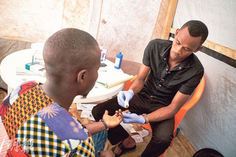 在西非國家幾內亞,由於缺乏愛滋病測試服務,令很多感染者無法及時獲得診斷和治療。無國界醫生與當地衛生部門合作,在首都科納克里推行愛滋病測試。( Sam Phelps攝)