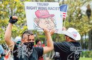 共和黨準總統候選人特朗普迎合保守派民眾對政治正確過濫的質疑,但也惹來另一批民眾的強大反彈。圖為有示威者上月抗議他是右翼種族主義者。(路透社)