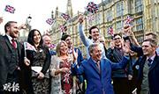 英國逾3000萬選民周四為國家未來投下一票,最終脫歐一方以52%得票壓倒留歐陣營的48%,決定英國脫離歐盟。圖為脫歐派領軍人物之一、英國獨立黨黨魁法拉奇(前右二)昨日在公投結果出爐後,帶領支持者在倫敦國會大廈附近發表聲明。(路透社)
