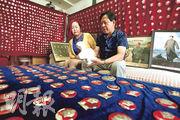 今日是已故中共領袖毛澤東逝世40周年,在甘肅張掖,一名收藏者展示自己的毛像章和塑像。(路透社)