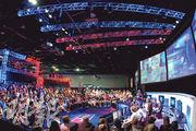 電子競技在中國內地、韓國等地愈來愈受歡迎,甚至被納入國家認可的體育項目。遊戲玩家可買門票進入「電子競技館」,像看電影一樣欣賞大型電競比賽。下圖為2014年韓國首爾舉行的電子競技大賽。