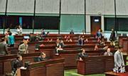 立法會昨晨首項議程安排5名議員重新宣誓,當到第二位即姚松炎(右)站着宣誓時,議員席上的建制派議員開始步出會議廳。立法會有70名議員,會議要求有一半法定人數開會,故當佔40人的建制派離開後,立法會宣告流會。(楊柏賢攝)