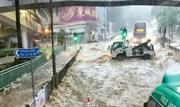 港島東成水浸重災區,有市民拍到柴灣環翠道變成「激流」,大量雨水夾雜沙泥湧下,車輛相繼拋錨或停在路中等候「洪水」退去。(網上圖片)