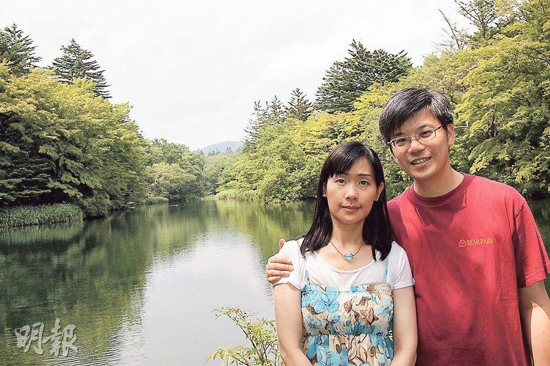 聖三一堂中學前校長胡文明急需換肝,現任副校長雷偉聰(右)的妻子(左)有感校長是丈夫恩師及「能夠幫人是神的恩典」,決定捐肝。圖為雷氏夫婦2014年到日本旅遊。(受訪者提供)