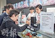 三星Note 7手機發生多宗起火事故後,最終宣布回收及退款,但韓美兩國部分消費者認為賠償不足,向三星集體興訟爭取賠償。圖為本月中首爾的消費者到零售店退回Note 7手機。(法新社)