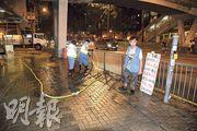 昨晚柴灣環翠道近興華邨對開有工人開喉清洗街道,有監工透露是為避免今日打風時渠道淤塞做好準備。(林智傑攝)