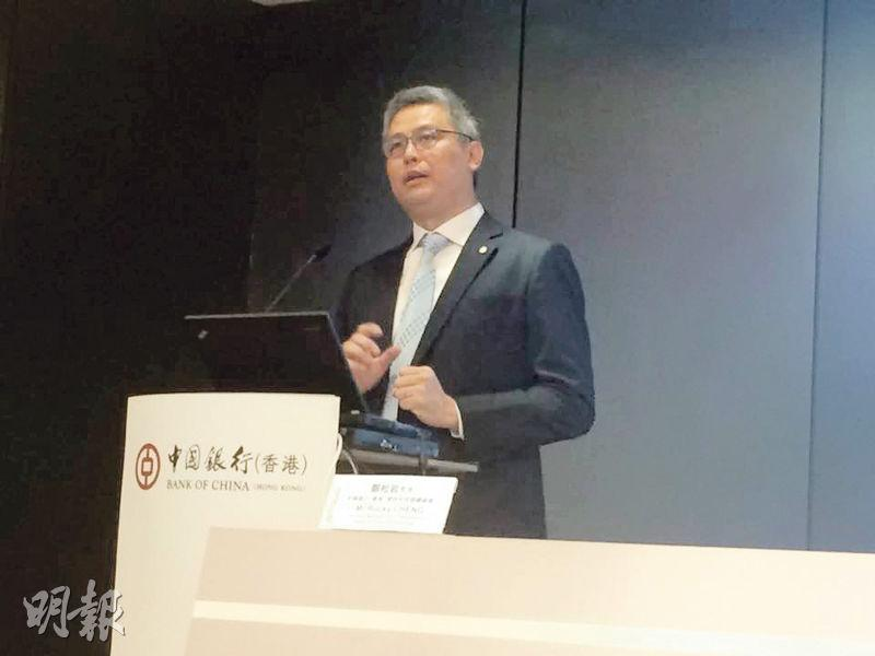 中銀香港資訊科技部總經理鄭松岩表示,該機械人懂得說廣東話及普通話,可以負責簡單的客戶查詢,例如可指示客戶匯款、入票等步驟,及查詢股價等。