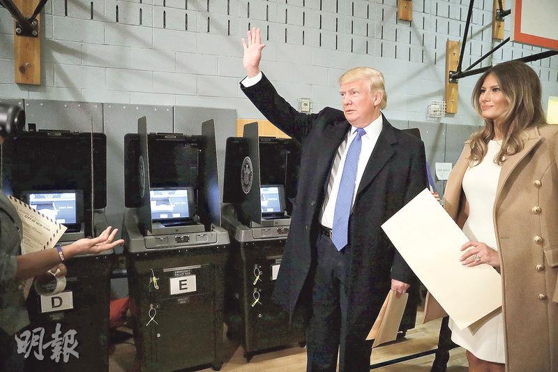 特朗普(左)昨與妻子到紐約市的票站投票。(法新社)