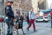 紐約市警察周一加強戒備,巡邏時報廣場的警員帶同可以搜索爆炸品的警犬。(法新社)