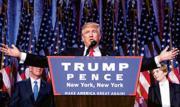 共和黨的特朗普(中)當選美國第45任總統。他昨日在紐約希爾頓酒店發表勝利演說,承諾會成為「所有美國人的總統」,呼籲國民彌合分歧、團結一致。圖左為特朗普副手彭斯,右為其幼子巴倫。(法新社)