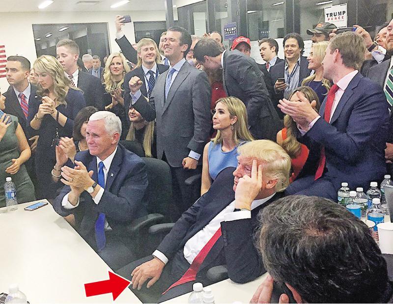 特朗普(箭嘴示)與競選團隊成員在周二投票後觀看點票結果時以手指托頭,若有所思,與身邊人因形勢大好而興奮莫名形成強烈對比。照片在網上廣為流傳。(網上圖片)