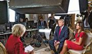 美國候任總統特朗普(右二)日前和家人亮相《60分鐘時事雜誌》,透露施政方針。右為特朗普妻子梅拉尼婭。(網上圖片)