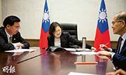 台灣總統蔡英文(中)與特朗普通電話,台灣國家安全會議秘書長吳釗燮(左)、外交部長李大維(右)陪同。(路透社)