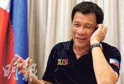 菲律賓總統府公布杜特爾特與特朗普通話的情景,顯示他是用手機通話,表情輕鬆。(法新社)
