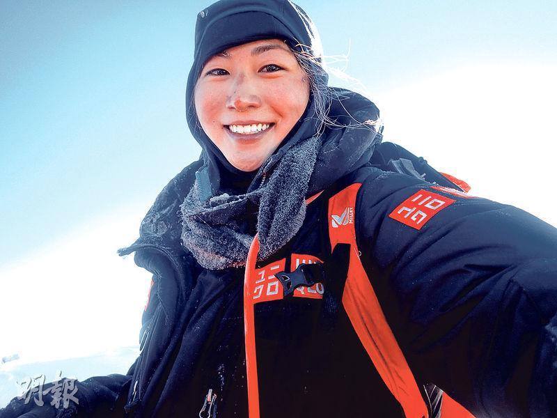 南谷真鈴(圖)在珠峰頂看見晨光的幻彩,激動得哭了,拍下這張淚眼盈眶但笑得滿足的照片。(受訪者提供)