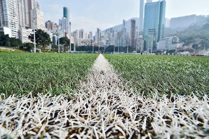 公民黨上月在跑馬地及黃竹坑遊樂場的第三代人造草地球場採集樣本化驗,發現至少13種屬致癌物多環芳香烴化合物(PAHs)成分。圖為跑馬地遊樂場足球場。(蘇智鑫攝)