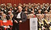 終審法院首席法官馬道立(前)昨在法律年度開啟典禮致辭時,罕有地談到法官要面對壓力,但真正壓力並非來自外界或他人,而是源於「須作出正確判決的責任」。(馮凱鍵攝)