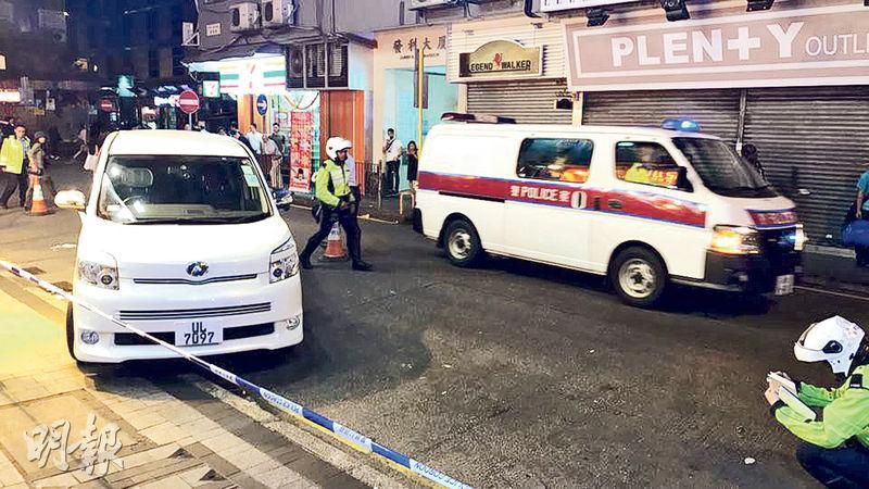 尖沙嘴車禍中,一輛白色七人車(左)轉彎失控撞過路南亞裔男途人,再剷上行人路,傷者送院命危。(fb群組「小心駕駛」圖片)