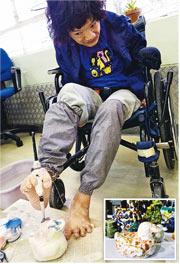 雙手失去活動能力的歐陽翠雲(圖)以腳代手製陶瓷,由搓泥到上色「一腳包辦」,圖為她用腳趾夾着畫筆為陶瓷鴨上色。小圖為其充滿色彩的製成品。(香港耀能協會提供、劉焌陶攝)