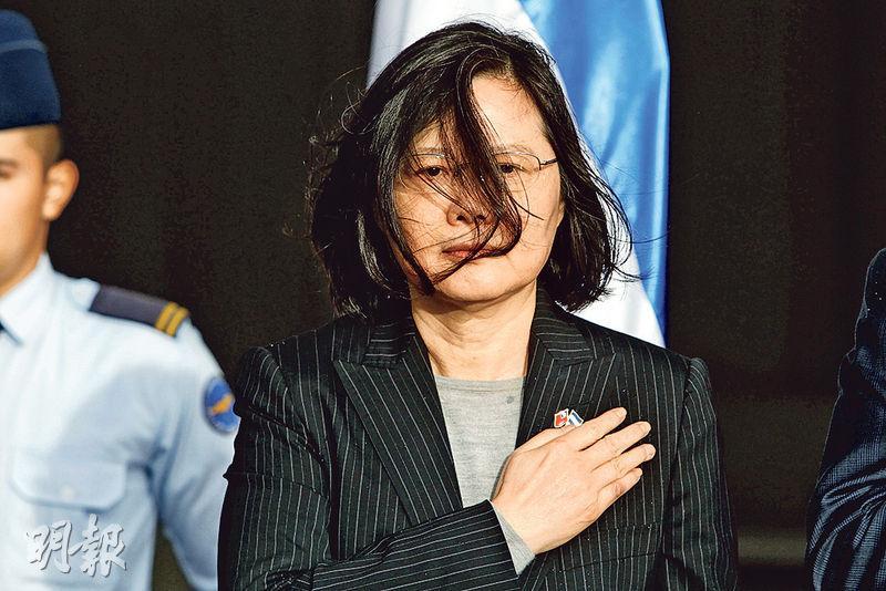 台灣總統蔡英文昨日抵達洪都拉斯並正式進行訪問,下機時風雨交加,頭髮都被吹亂。(路透社)