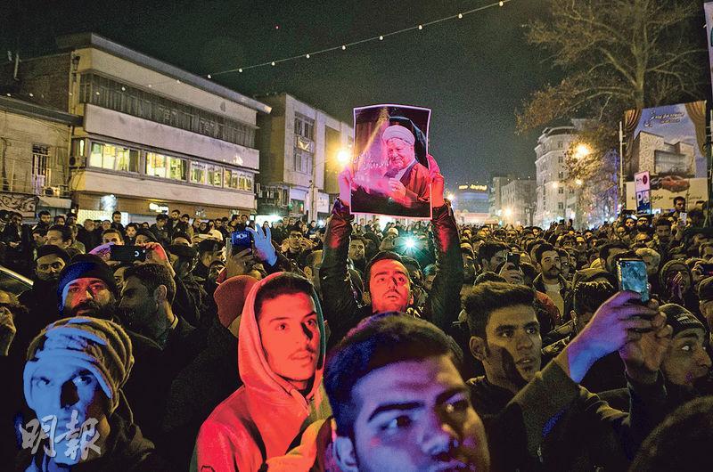 伊朗首都德黑蘭周日有民眾持照片等聚集,悼念剛身故的前總統拉夫桑賈尼。(新華社)