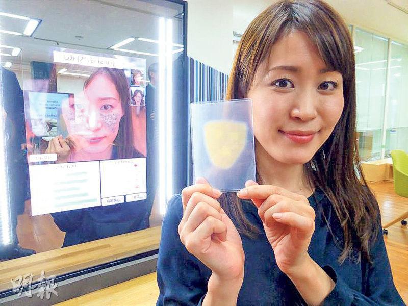 松下產品工程師上月展示電子「魔鏡」(左),以及利用納米技術即時度身訂做的超薄化妝貼(手上)。(網上圖片)