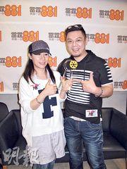 彭皓鋒與家姐彭家麗到商台接受訪問,並展示在美國電影節奪得的男配角獎。(攝影/記者﹕柯美)