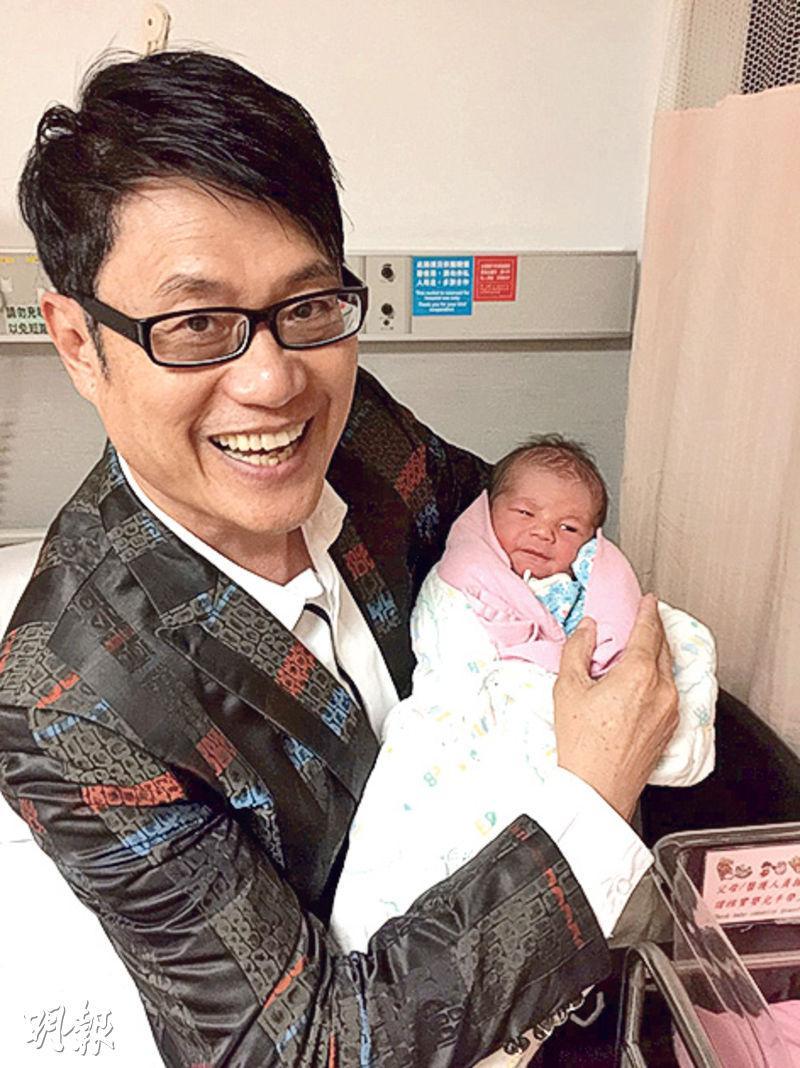 鄧英敏抱着剛出世的外孫仔笑到四萬咁口。