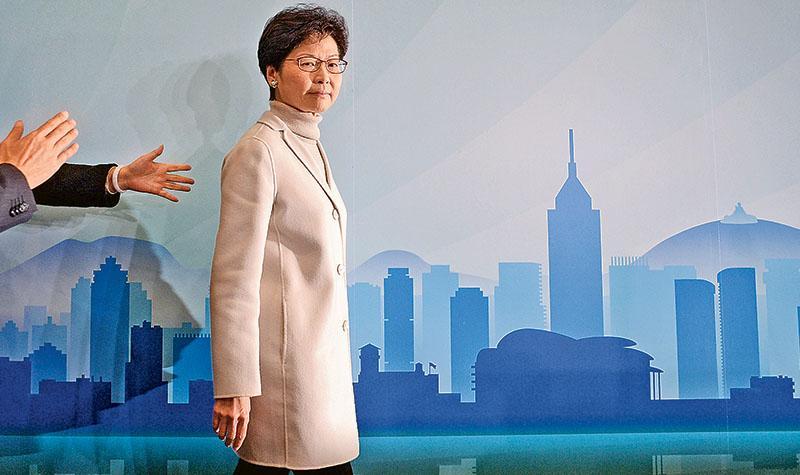 前政務司長林鄭月娥昨午在會展的會議室宣布參選行政長官,表示自從上月公開稱不能不重新考慮參選特首後,得到很多同事和朋友的鼓勵和支持,「令我感動的是很多來自普羅大眾的鼓勵和支持」。林太又說,支持者不約而同認為她有能力團結社會,逐步解決香港深層次矛盾。(鍾林枝攝)